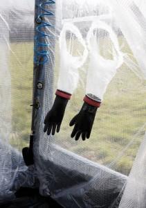 Mithilfe der integrierten Handschuhe können Sie kontaminierte Personen sicher von außen reinigen