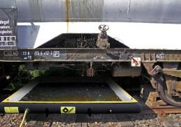 Bei Leckagen, zum Beispiel an Tankwagen, schieben Sie die Auffangwannen an der Unfallstelle direkt unter das betroffene Fahrzeug.