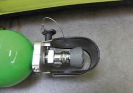 Für Druckluftflaschen 6 l / 300 bar mit einem Halsdurchmesser von 27 – 30 mm (andere Größen auf Anfrage) hat Vetter einen hoch wirksamen Ventilschutz entwickelt und zum Patent angemeldet.