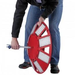 1. Der Stativadapter kann von beiden Seiten in die Aufnahme der Leuchte eingeführt werden. Die ausgefahrenen Spreizbacken versiegeln den Stativadapter in der Leuchte.